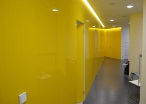 Skleněný obklad stěn na chodbě